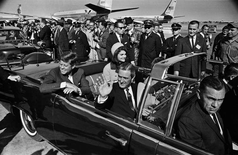 甘迺迪遇刺前和賈桂琳最後同框。(圖/言人文化)