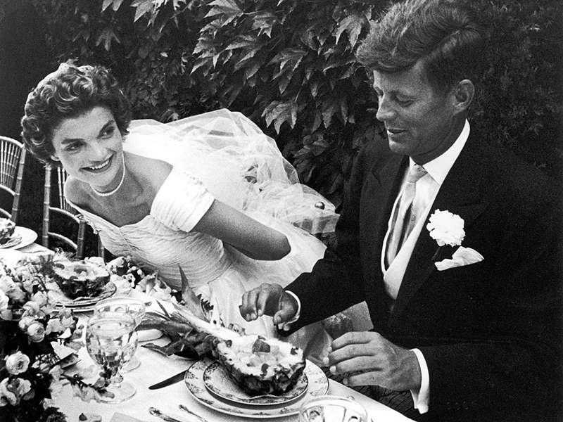 賈桂琳與甘迺迪結婚照。(圖/言人文化提供)
