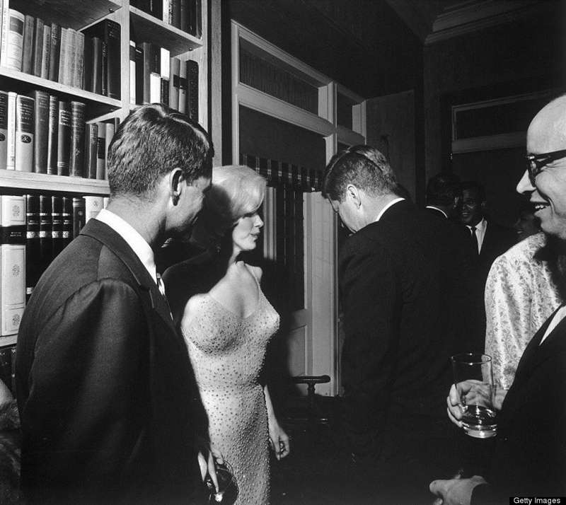 瑪莉蓮夢露與甘迺迪兄弟在一起。(圖/言人文化提供)