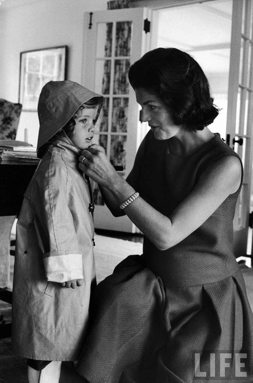 賈桂琳正在幫孩子穿衣服。(圖/言人文化提供)