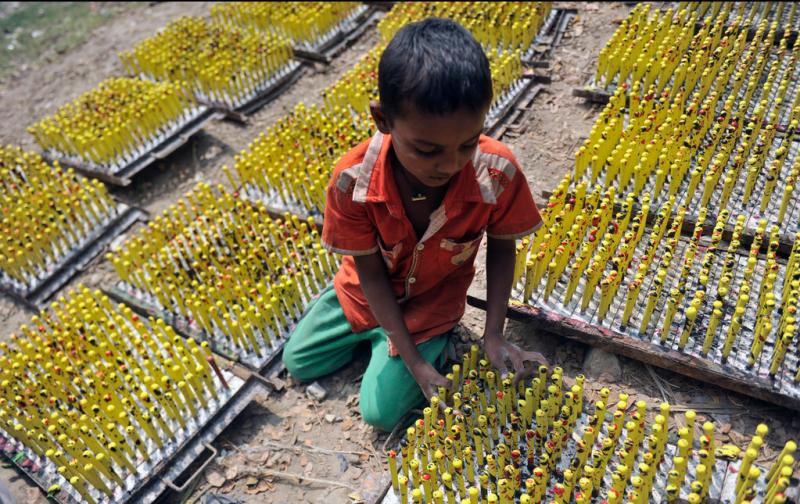 童工在氣球工廠內工作。由於孟加拉國的貧窮,童工們的勞動力非常便宜,一工作就是一整天。(圖/言人文化提供)