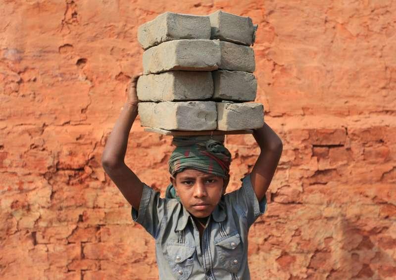 孟加拉國達卡加濟布爾,孟加拉國少年在當地的一家磚廠當零工。這些零工中的絕大部分都是從孟加拉國國內各地移民到首都來討生計的。 他們每天從黎明開始一直工作到黃昏,只能掙到150至200塔卡,還不到一美元。(圖/言人文化提供)