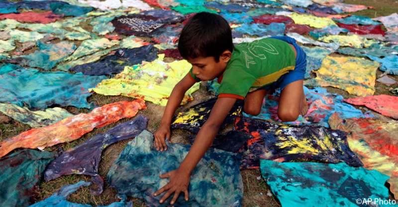 孟加拉國達卡,一名兒童在服裝漂染廠工作。根據國際勞動組織的統計顯示,孟加拉國大約有320萬童工。(圖/言人文化提供)