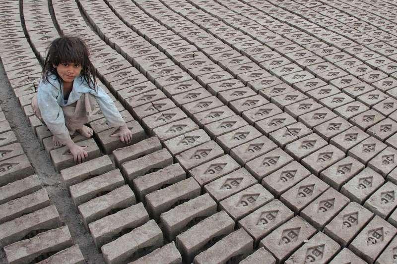 阿富汗喀布爾,一名阿富汗女孩在磚窯中工作。(圖/言人文化提供)