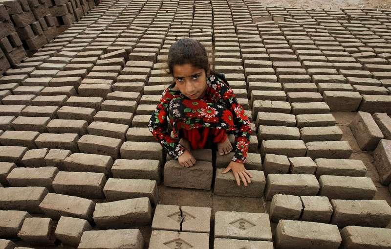 巴基斯坦白沙瓦,巴基斯坦磚廠裏的童工Azmata。(圖/言人文化提供)