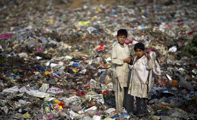 巴基斯坦,撿垃圾的童工。(圖/言人文化提供)
