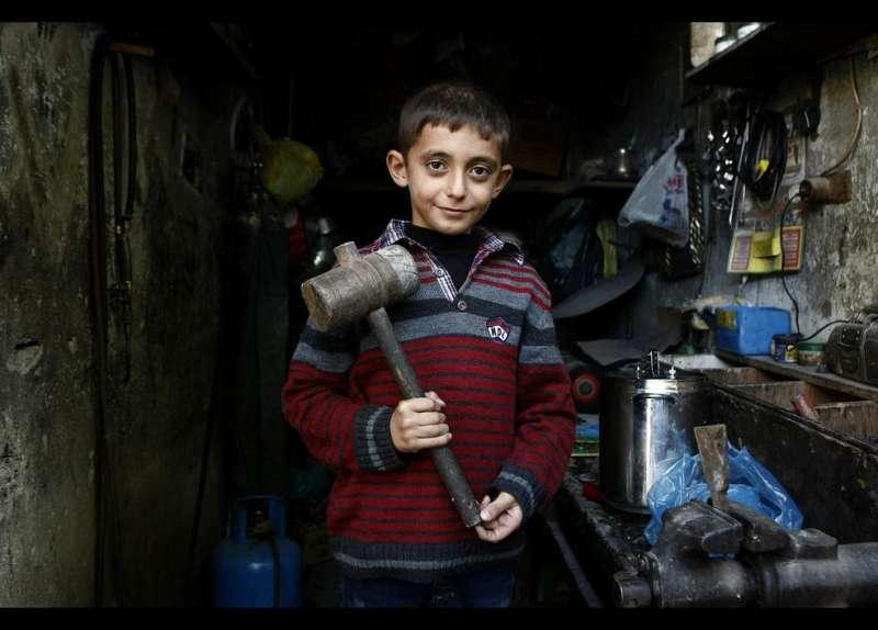 11歲的敘利亞難民男孩Bargin Efendi在土耳其一家修理店工作,他的父親在黎巴嫩從事鑽探工作,他與母親及其他兄弟姐妹被迫移民到這,男孩坦言自己不喜歡工作,可沒有別的辦法,他需要工作賺錢貼補家用。(圖/言人文化提供)