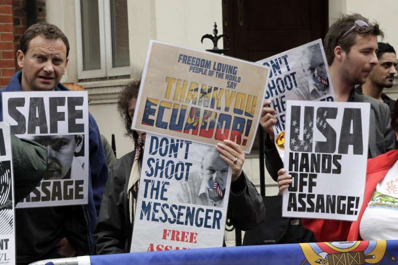 阿桑奇被眾多支持者視為捍衛新聞自由的英雄。(Cancillería del Ecuador@Flickr/CC BY-SA 2.0)