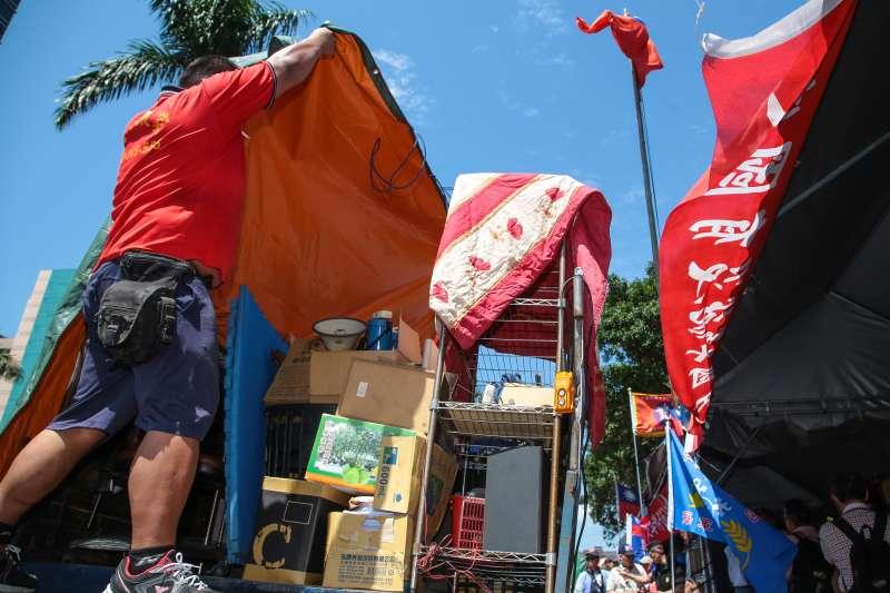 20180329-八百壯士29日自行將帳篷內的物品撤離。(顏麟宇攝)