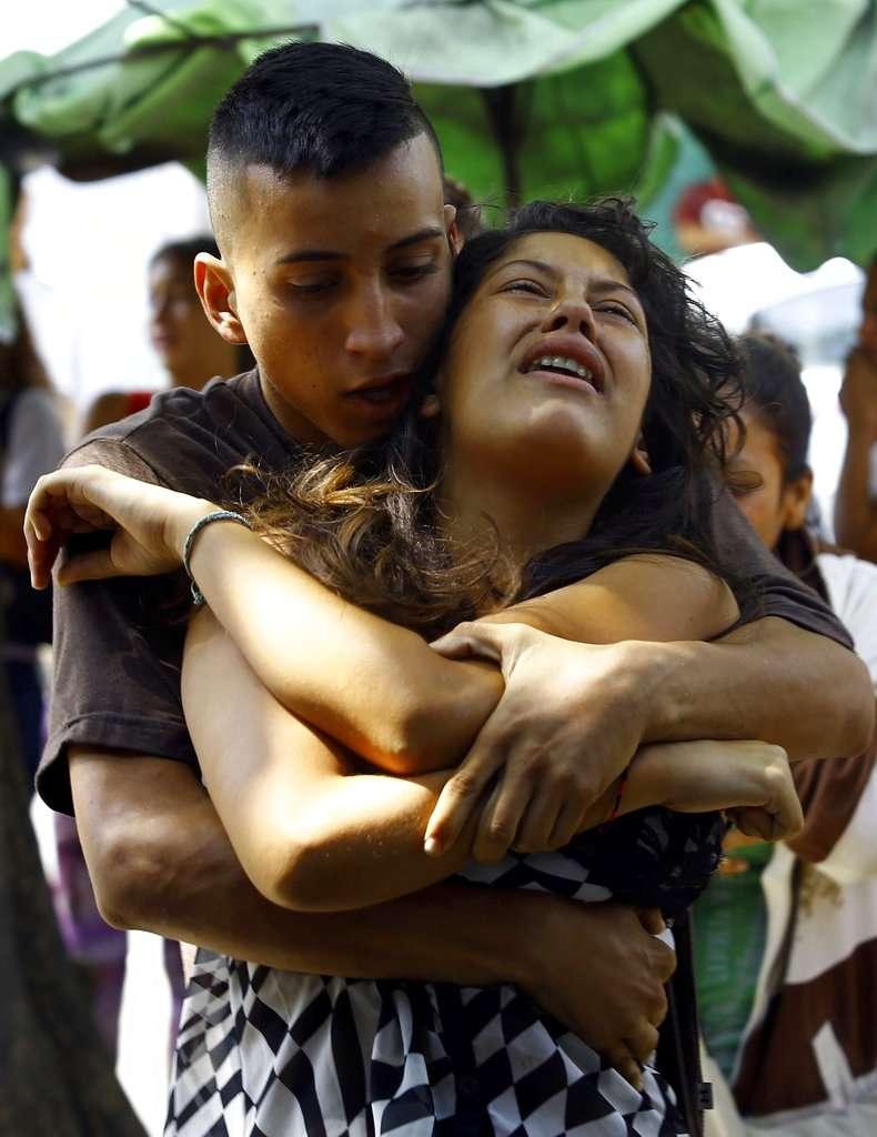 委內瑞拉警局拘留所28日爆發大火,造成68人死亡,警局外焦急等待的囚犯家屬情緒崩潰。(AP)