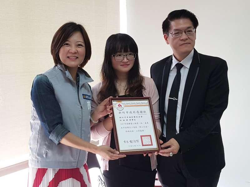 新竹市政府社會處長陳雪慧(左)回贈感謝狀,感謝新竹市快樂幸福促進會發起公益捐贈活動。(圖/方詠騰攝)