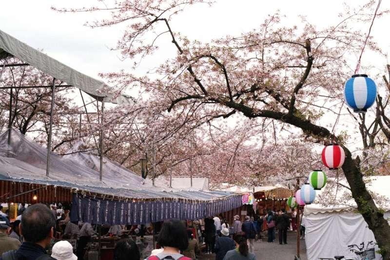 除了賞櫻,周邊的廟會也帶來不少人潮。(圖/陳怡秀攝影|想想論壇提供)