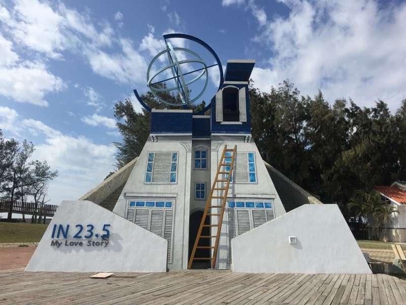 夕陽水塔彩繪成藍白色「23‧5」小型瞭望台,吸引不少遊客拍照打卡。(圖/嘉義縣政府提供)