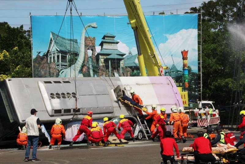民安4號演習模擬主題遊樂園區災時應變及遊園巴士翻覆搶救。(圖/六福村主題遊樂園提供)