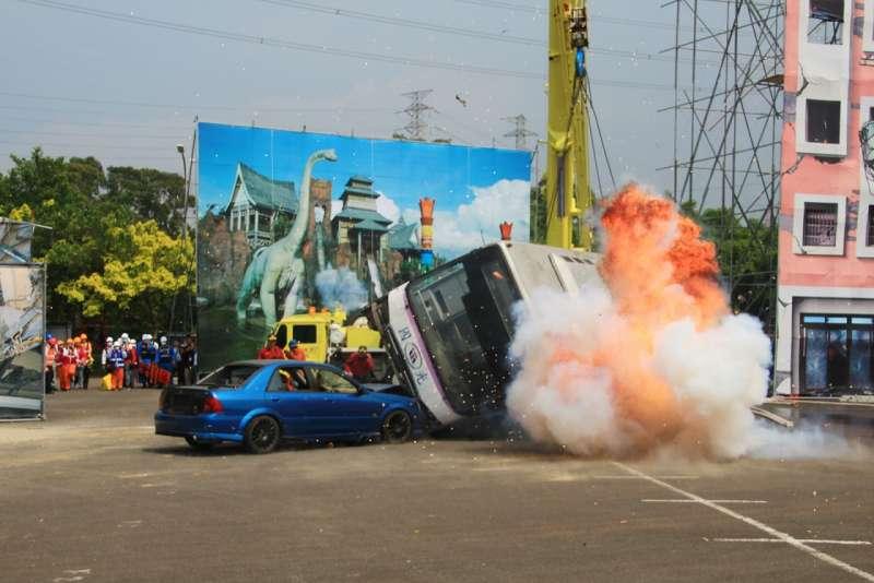 新竹縣民安4號聯合演習模擬七級強震來襲,造成巴士翻覆、轎車追撞、爆炸等大傷災害情境式演練。(圖/六福村主題遊樂園提供)