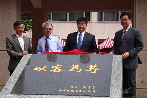 前客委會副主委李朝明(右二)可望代表國民黨角逐屏東縣長。(中央大學客家學院)