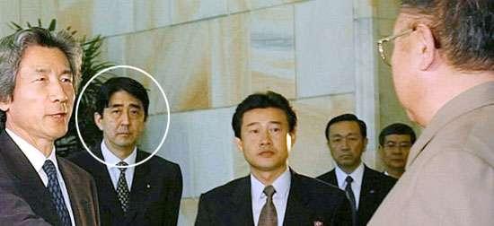 2002年9月訪問北韓的日本首相小泉純一郎(左),當時出任內閣官房副長官的安倍也隨行在側。