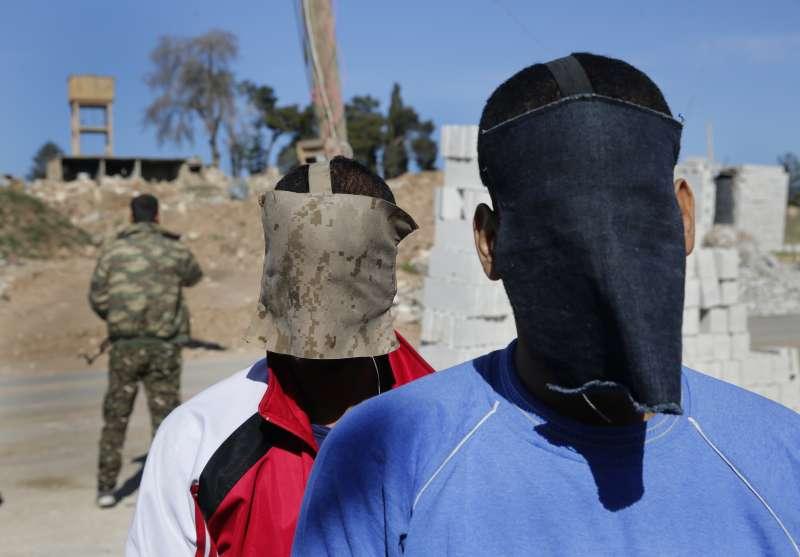恐怖組織「伊斯蘭國」「披頭四」成員寇提與艾爾沙伊赫30日接受《美聯社》專訪,他們在抵達訪問地點前,被戴上手銬,臉部也被蒙住(美聯社)
