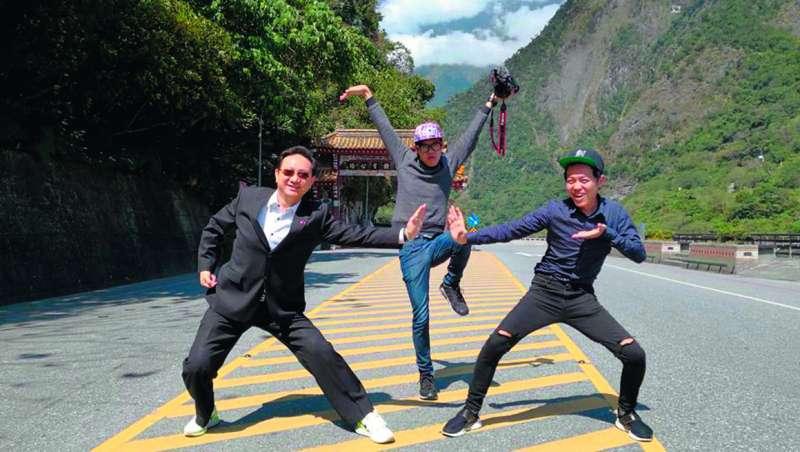 邀請泰國友人來台關注花蓮震災,其實耗費童振源(左)很大的時間精力。(翻攝自童振源臉書)