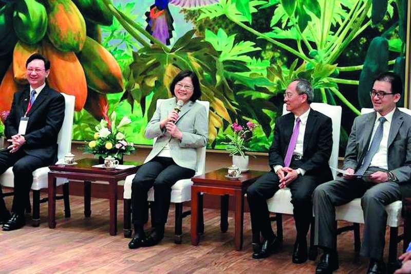 童振源(左一)的努力,總統蔡英文(左二)也有感受到。(翻攝自童振源臉書)