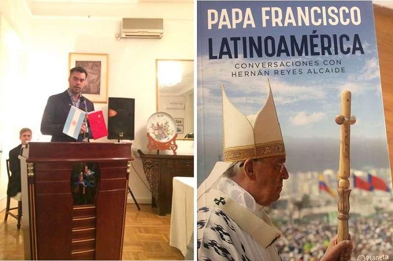 義大利記者Hernán Reyes Alcaide和他的著作《拉丁美洲:教宗與Hernán Reyes Alcaide的對話》。(徐和謙提供)