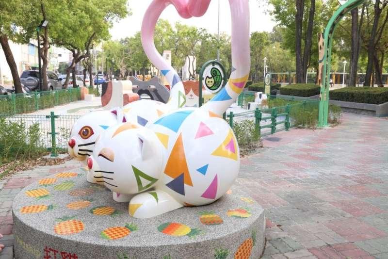 嘉義民雄的早安公園以民雄的意象「貓」、「鳳梨」所構思打造。(圖/嘉義縣政府提供)