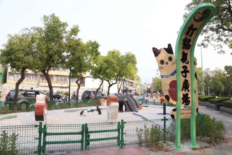 「打貓親子廣場」有別於傳統式遊樂設施的設計,利用創新的元素營造且符合安全規範,以貓咪為外型取代兒童公園常見的罐頭遊具,遊具設施均符合最新「兒童遊戲場設施安全管理規範」。(圖/嘉義縣政府提供)
