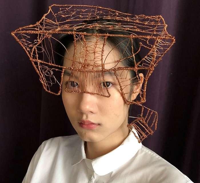 施笳戴著姊姊施蜜娜的作品,猛一看覺得像一頂學士帽。(陳嘉君臉書)