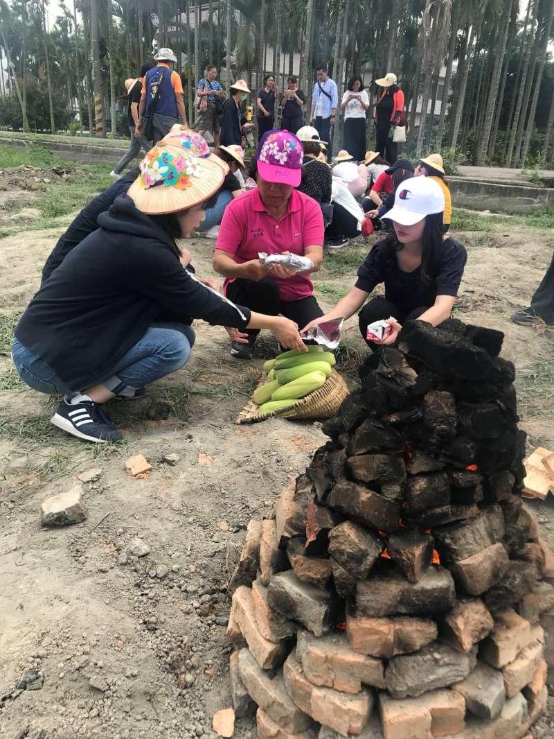 來台交換的日本學生說,在日本這些農作都有生產,但從沒有像台灣這種控土窯來悶熟食物的方式,這次的體驗,真的很有趣,而且也是很環保的作法。(圖/高雄市政府農業局提供)