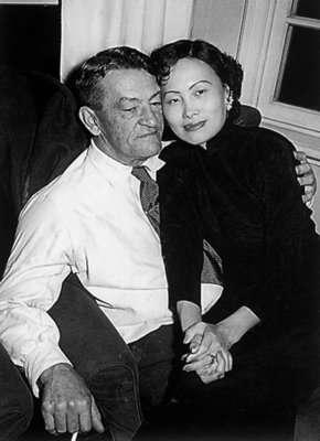 美國飛虎隊陳納德(Claire Lee Chennault,左)將軍,與妻子陳香梅。(取自維基百科)