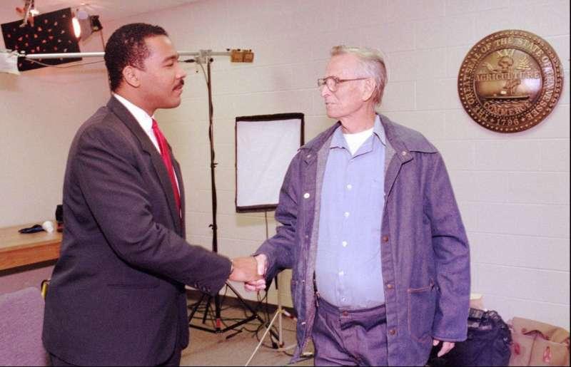 1997年,金恩博士的次子德克斯特(左)到監獄與雷見面(美聯社)