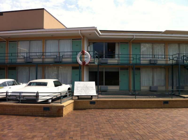 金恩遇刺的洛林汽車旅館後來成為國家民權博物館 ,掛花環處是當年金恩博士遇刺地點附近(DavGreg@Wikipedia/CC BY-SA 3.0)