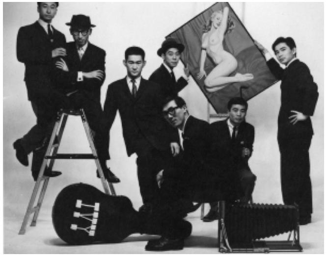 20180406-一九五九年《Men's Club》上的傳統長春藤聯盟生社(戴帽和眼鏡的黑須敏之坐在梯子上,穗積和夫則是前方戴眼鏡者)。(©佐藤明,作者提供)