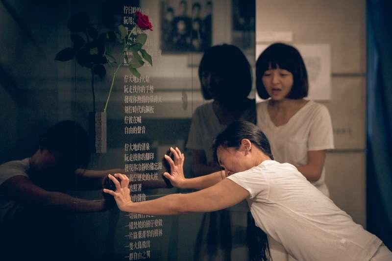 2018-04-08-三語事劇場《剩下就是我們的事了》8日晚間於鄭南榕基金會演出07。(三語事劇場提供)