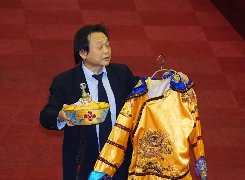 20180410-台北市議員王世堅帶著黃袍要送給台北市長柯文哲。(盧逸峰攝)