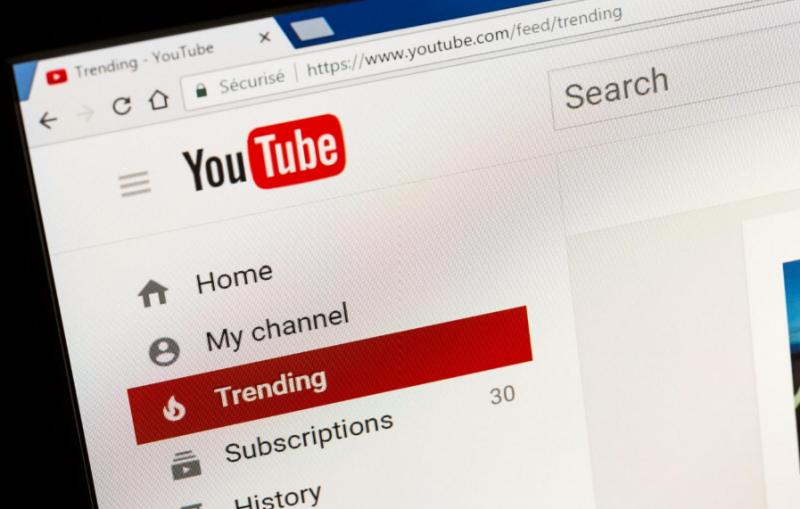 YouTube日前因不當內容影片惹來一身腥,官方出手整治平台,做好內容審查。而專攻兒童使用的YouTube Kids,才傳出將推「純人工審查」版本,YouTube卻爆出違法收集兒童個資,大賺廣告財?(圖/取自Shutterstock,數位時代提供)