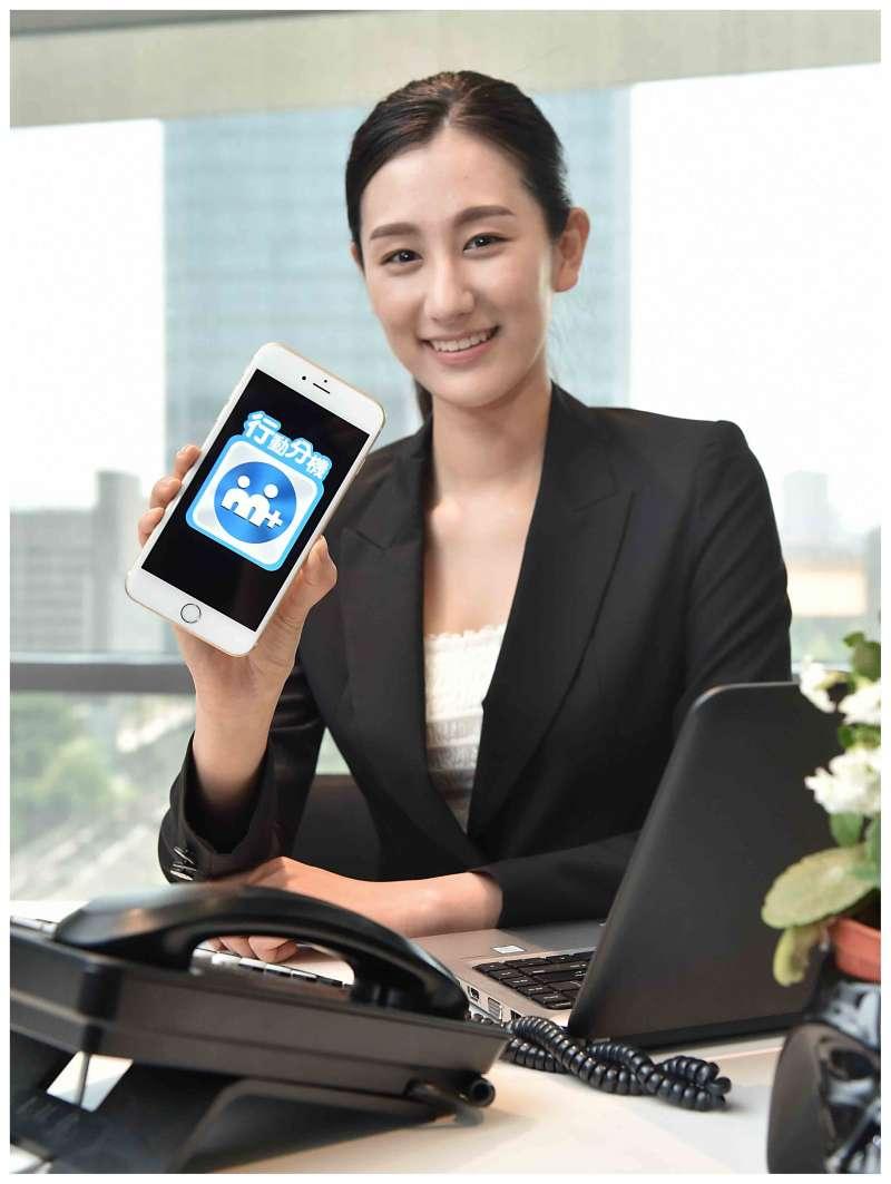 「M+行動分機」讓手機取代桌機,顛覆傳統固網語音市場,跑外勤的業務、快遞、房仲人員可享有分機帶著跑的便利性,效率和生產力大幅提升。(圖/台灣大哥大提供)