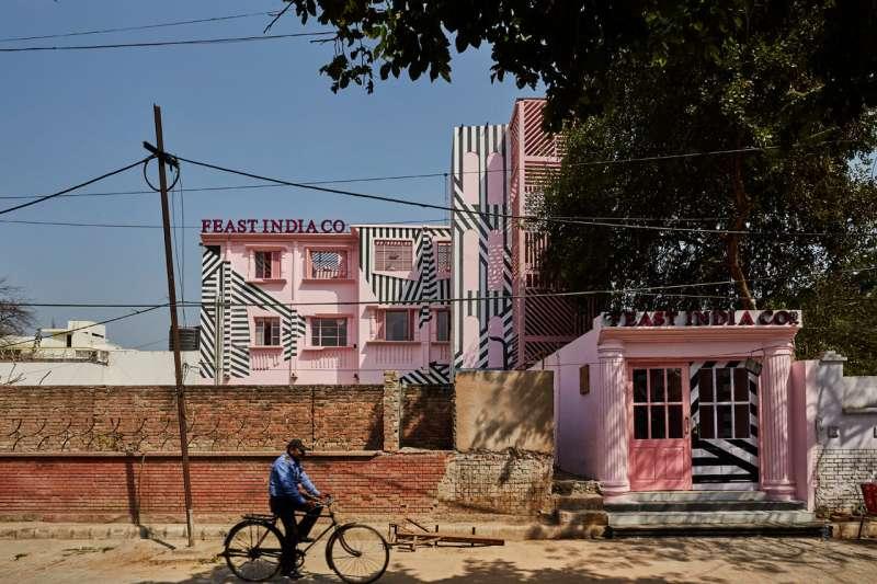 「粉紅斑馬」座落於古老建築群之中。(圖/取自Design Milk,瘋設計提供)