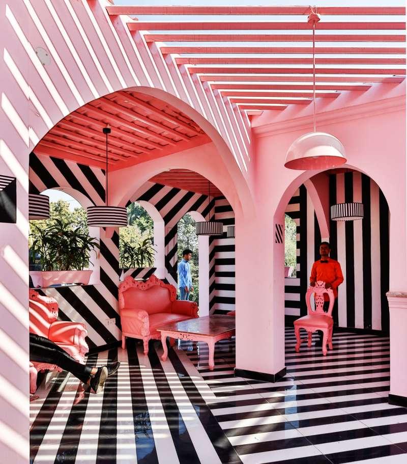 天花板有著粉紅色與白色相間的條紋。(圖/取自Design Milk,瘋設計提供)