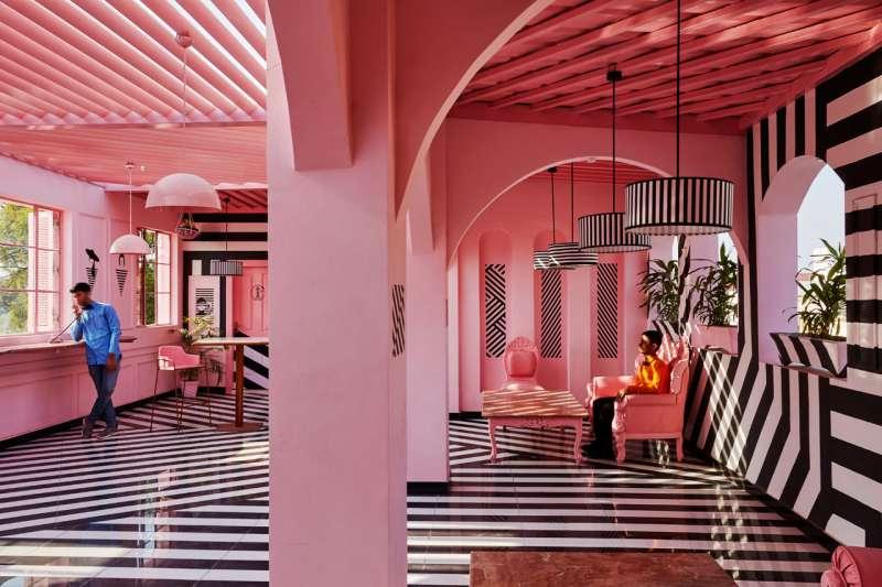 宛如斑馬躍入粉紅色大海的空間。(圖/取自Design Milk,瘋設計提供)