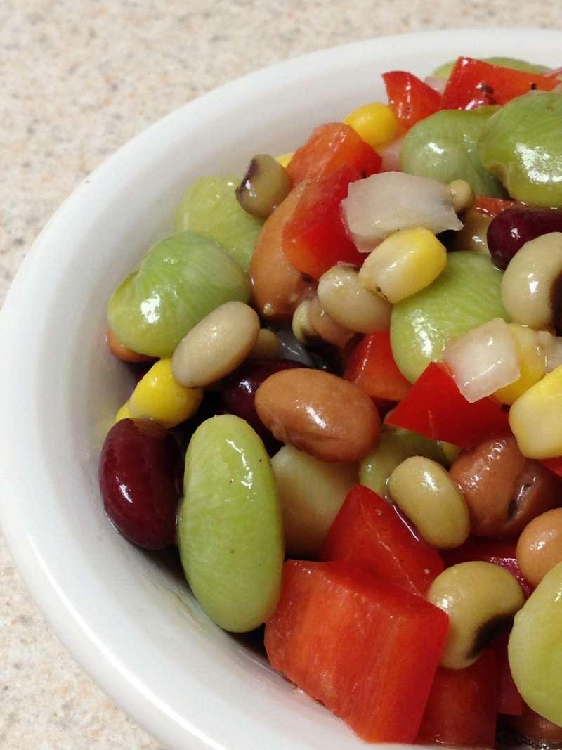 皇帝豆原名利馬豆(lima bean),即為圖中綠色豆子。通常呈乳白色或綠色,但也有白、紅、紫、棕或黑色。(圖/想想論壇提供)