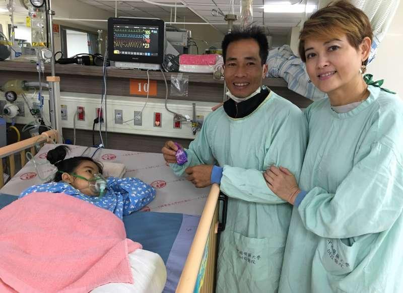 阿巒二度來到台灣醫治,父母在旁祈禱守候。(圖/想想論壇提供)