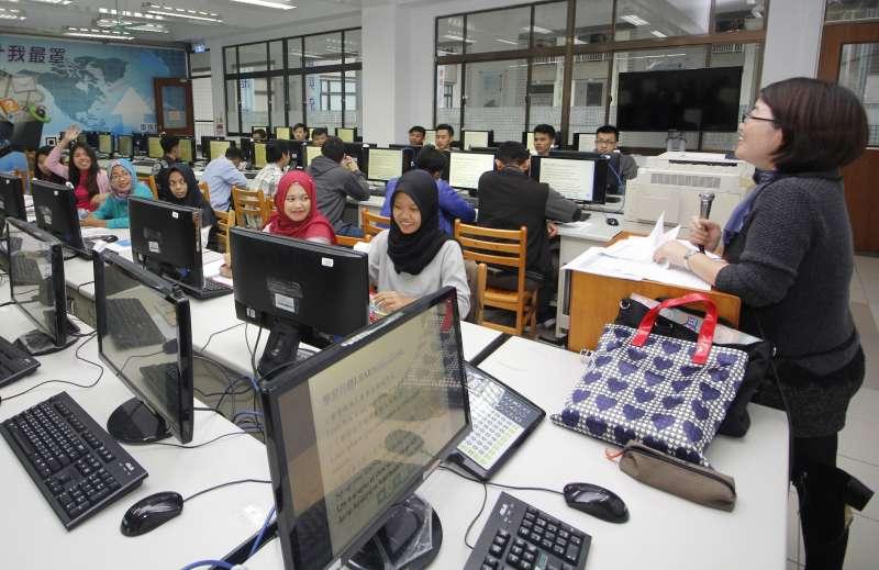 來自印尼的學生們,於多媒體教室上通識教育課程。(圖/育達科大提供)