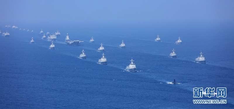 2018年4月12日,中共中央總書記、中國國家主席、中央軍委主席習近平在南海海域舉行海上閱兵。(新華社)