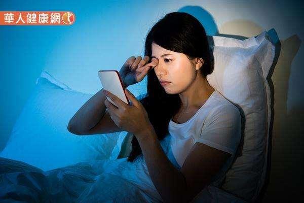現代人凡事離不開3C產品,眼睛時時暴露在藍光的風險之下。(圖/華人健康網提供)