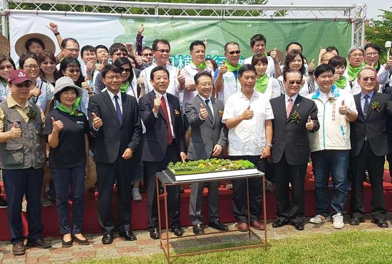 梧桐基金會率領企業志工共同種下百棵樹苗,啟動為期三年的「負責任植樹」長期計畫。(圖/方詠騰攝)