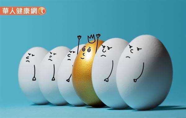 雞蛋營養豐富、價格便宜又料理變化性多,近年卻因膽固醇而不斷引發「一天可吃幾顆蛋」的爭論。(圖/華人健康網提供)