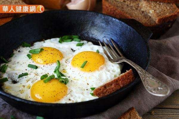 一個人每天最多能吃幾顆蛋,關鍵還是要看「個人健康狀態」和「烹調方式」。(圖/華人健康網提供)