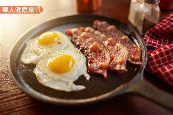 雞蛋若採取油炸、油煎或油酥的料理方式,容易讓人吃下更多的反式脂肪和飽和脂肪,進而影響血液中膽固醇濃度與提高心血管疾病的風險。(圖/華人健康網提供)