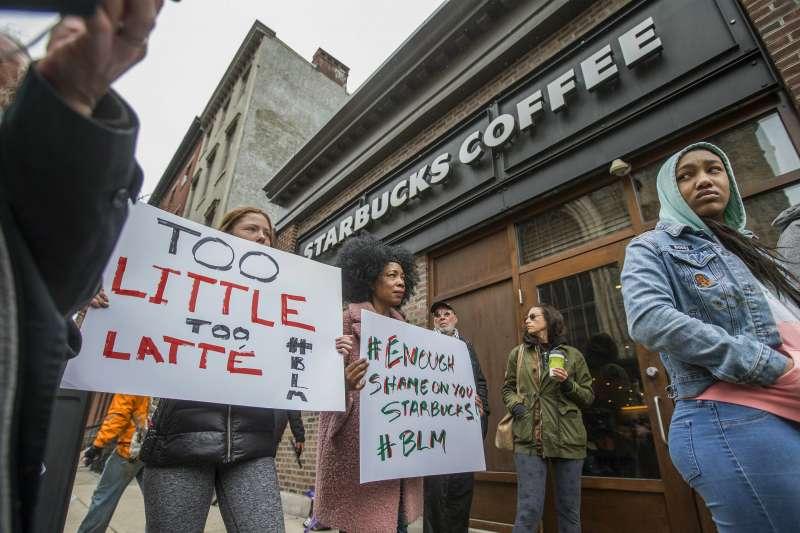 15日,發生黑人逮捕事件的星巴克分店外聚集抗議示威人潮。(美聯社)